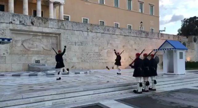 News | Αλλαγή φρουράς των Ευζώνων με μηδέν βαθμούς Κελσίου. ο φρουρός σκεπάζει με τις κάπες τους Εύζωνες για να τους προστατέψει από το κρύο