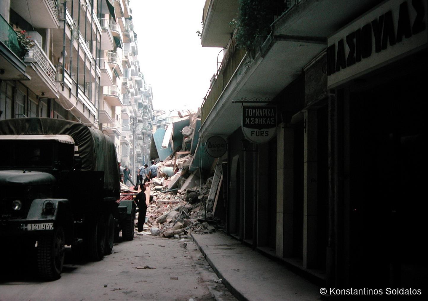 Τα ερείπια της μοιραίας πολυκατοικίας στην Πλατεία Ιπποδρομίου (το σημερινό Κέντρο Ιστορίας Θεσσαλονίκης). Οδός Νικηφόρου Φωκά.