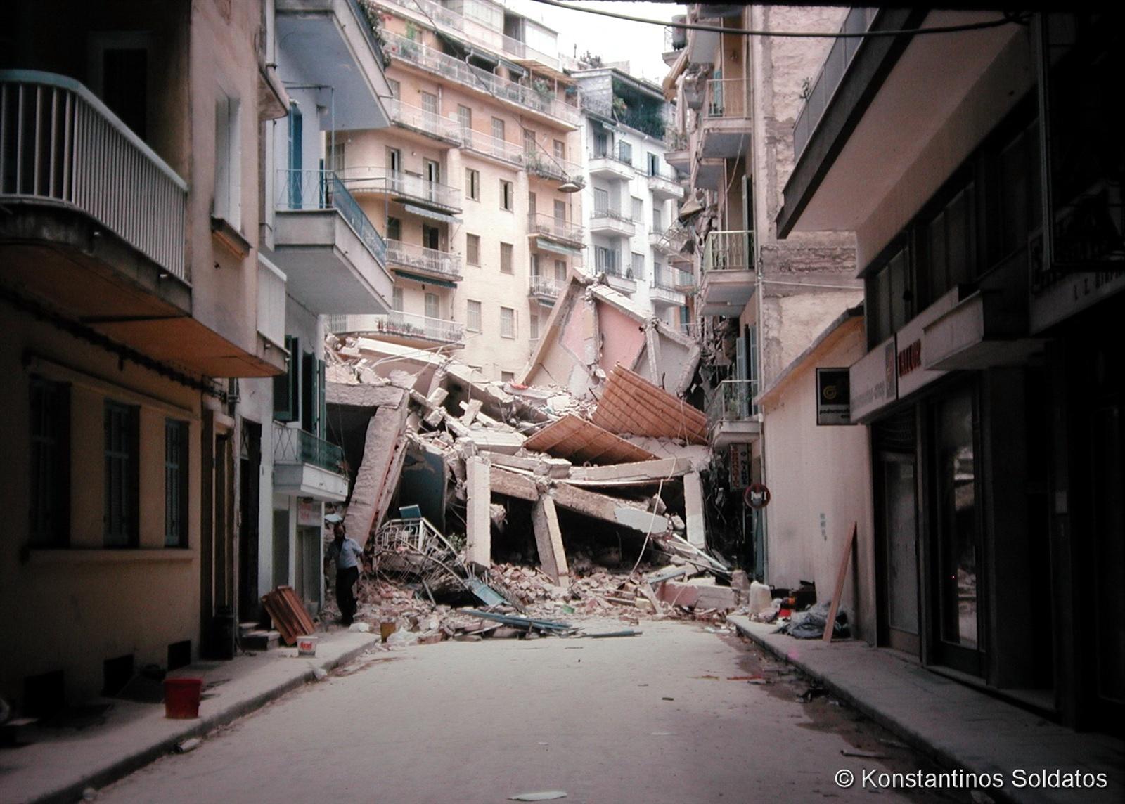 Τα ερείπια της μοιραίας πολυκατοικίας στην Πλατεία Ιπποδρομίου (το σημερινό Κέντρο Ιστορίας Θεσσαλονίκης). Οδός Γ. Θεοχάρη