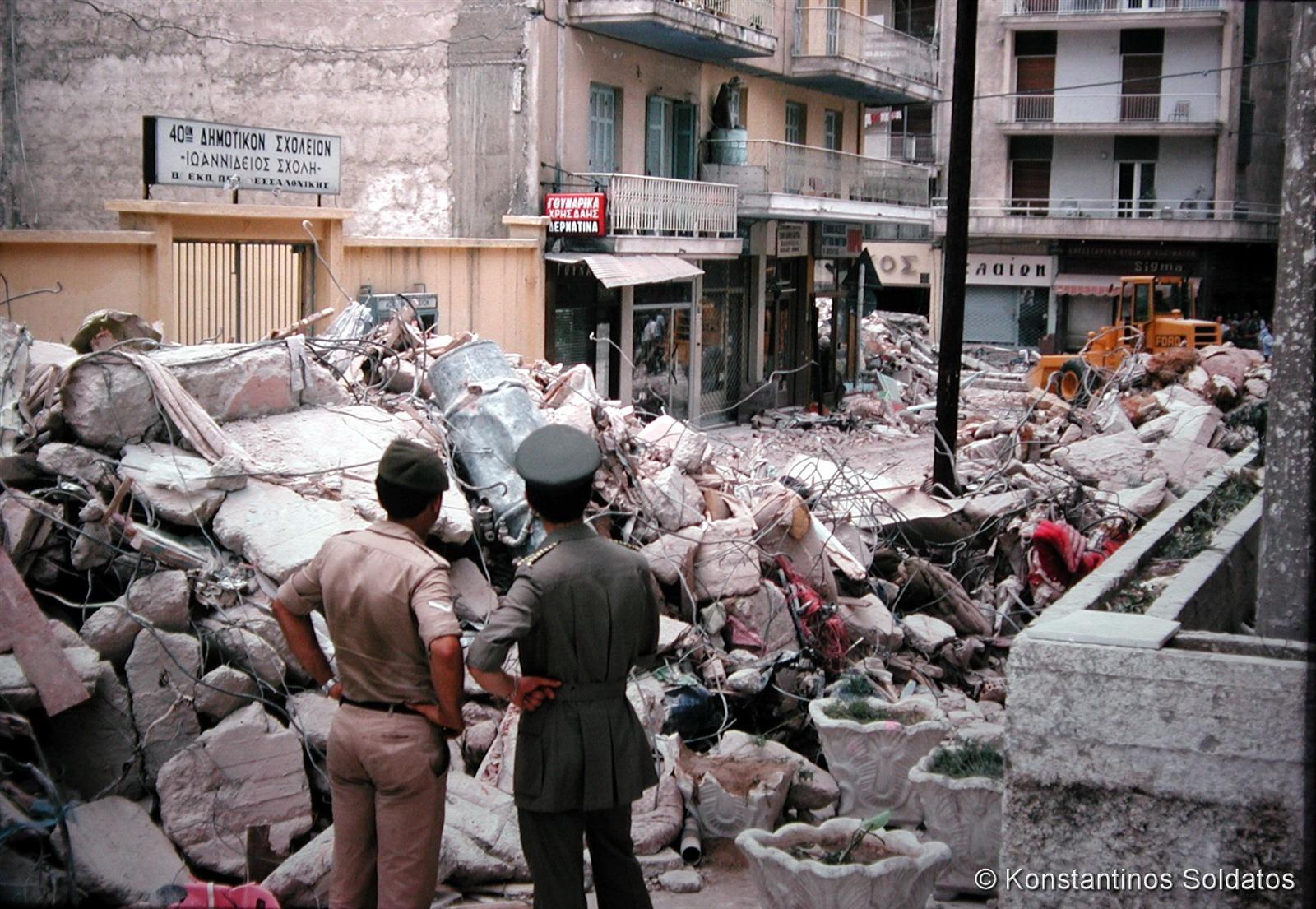 Τα ερείπια της μοιραίας πολυκατοικίας στην Πλατεία Ιπποδρομίου (το σημερινό Κέντρο Ιστορίας Θεσσαλονίκης). Οδός Μανουσογιαννάκη.