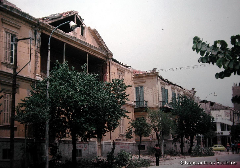 Ζημιές στα Παλαιά Δικαστήρια (το σημερινό κτίριο της Τράπεζας Πειραιώς). Οδός Εθνικής Αμύνης