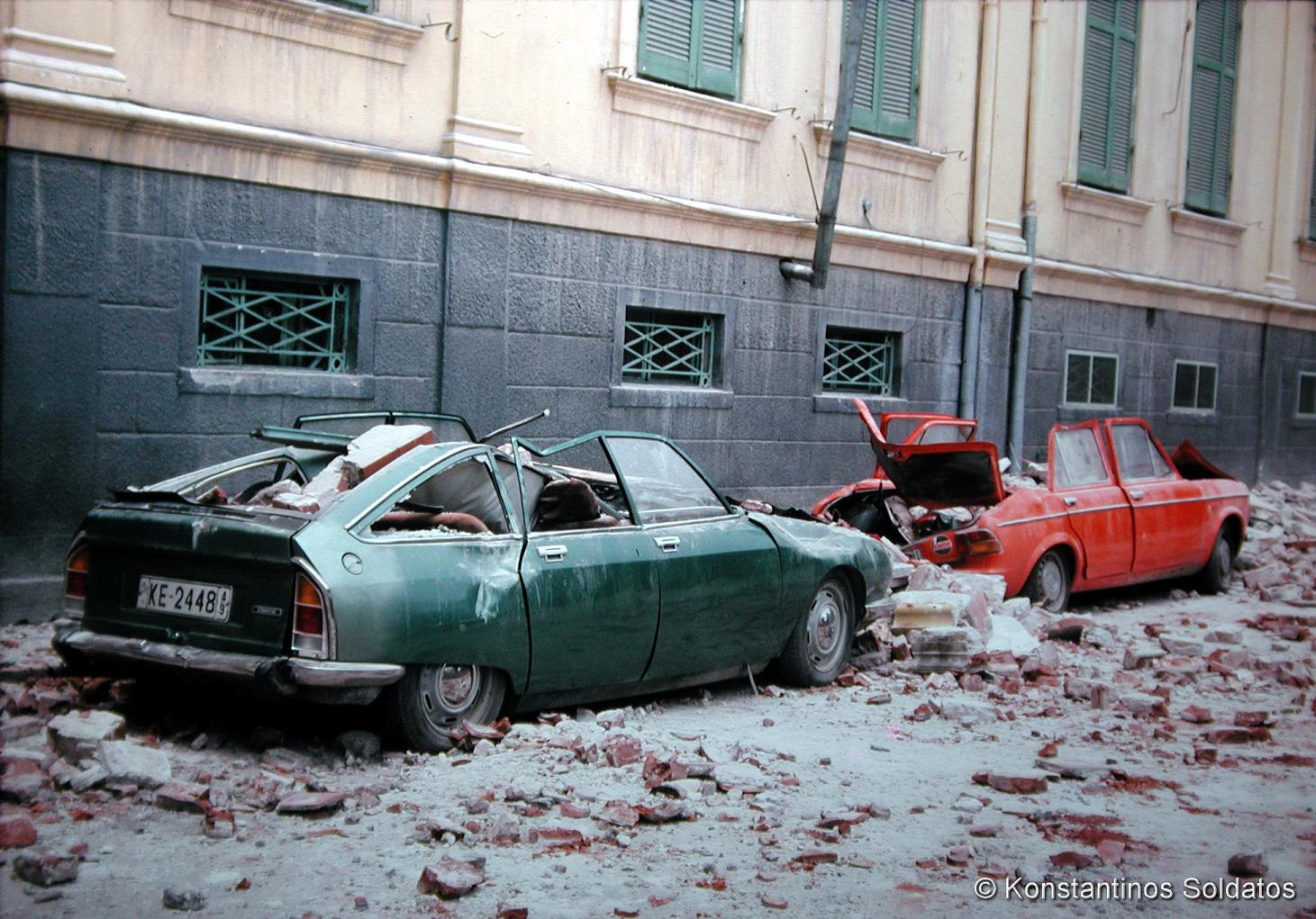 Ζημιές στα Παλαιά Δικαστήρια (το σημερινό κτίριο της Τράπεζας Πειραιώς). Οδός Μητροπόλεως