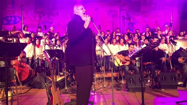 With Dionysis Savvopoulos held a tribute to his work, the chorus...