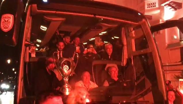 Η αποστολή του ΠΑΟΚ έφτασε στο Λευκό Πύργο με παίκτες του Δικεφάλου...