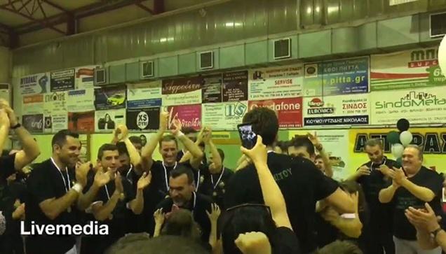 Χρήστου και Μπαλογιάννης σηκώνουν την κούπα του πρωταθλητή της...