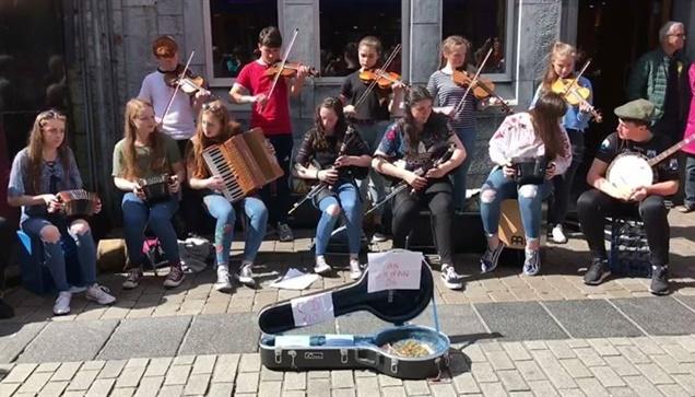 Μαθητές σχολείων παίζουν ιρλανδέζικη  μουσική σε πλατεία