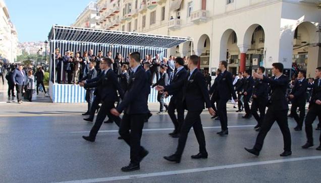 Στιγμιότυπα από την αποψινή μαθητική παρέλαση.