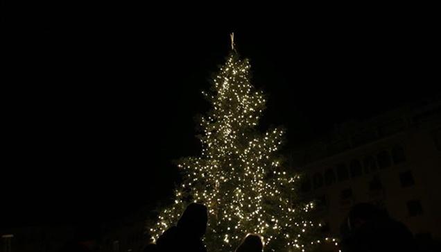 Φωτογραφικά στιγμιότυπα από την φωταγώγηση του Χριστουγεννιάτικου...
