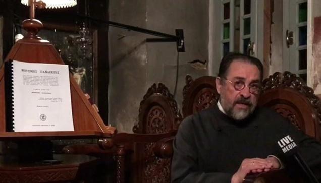 Στα νεοελληνικά διαβάζει τις Ευχές των Μυστηρίων της Βαπτίσεως και του Γάμου ο π...