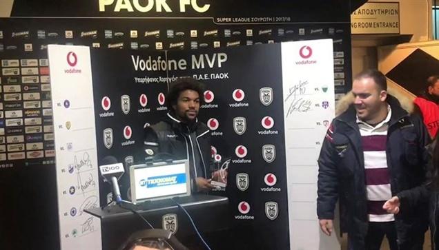 Ο Ντιέγκο Μπίσεσβαρ παραλαμβάνει το βραβείο του MVP της αναμέτρηση...