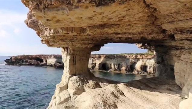 Στίς Βραχοσπηλιές του Cavo Greco  στην Κύπρο