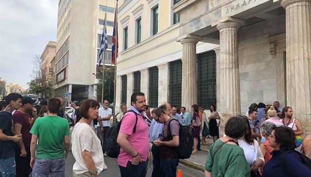 Συγκέντρωση πολιτών έξω από το Δημαρχείο της Αθήνας κατά της...