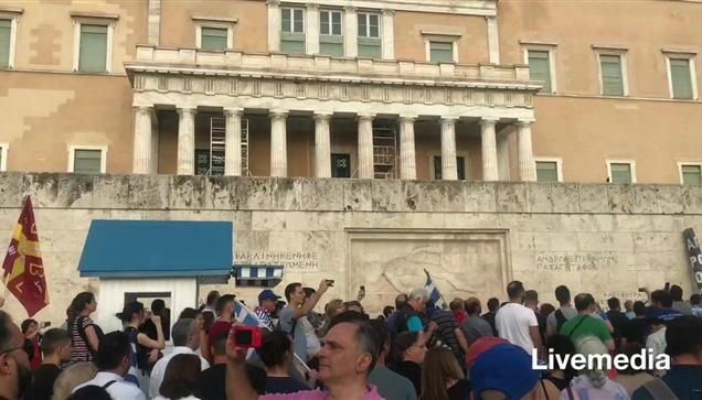 Το συγκεντρωμένο πλήθος στη πλατεία Συνταγματος ψάλλει το «Τη...