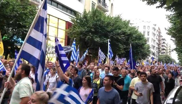 Η γιαγιά έβγαλε τις σημαίες στο μπαλκόνι και το πλήθος παραληρεί!...