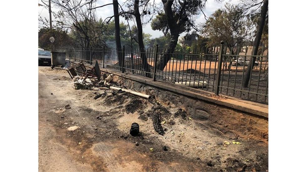 Εικόνες από ότι,τι άφησε πίσω της η χθεσινή καταστροφική πυρκαγιά...