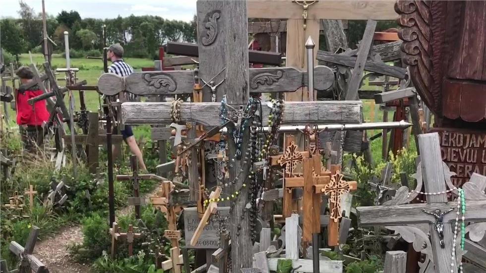 Ο «Λόφος των σταυρών» (Hill of Crosses) στη Λιθουανία κοντά στην...