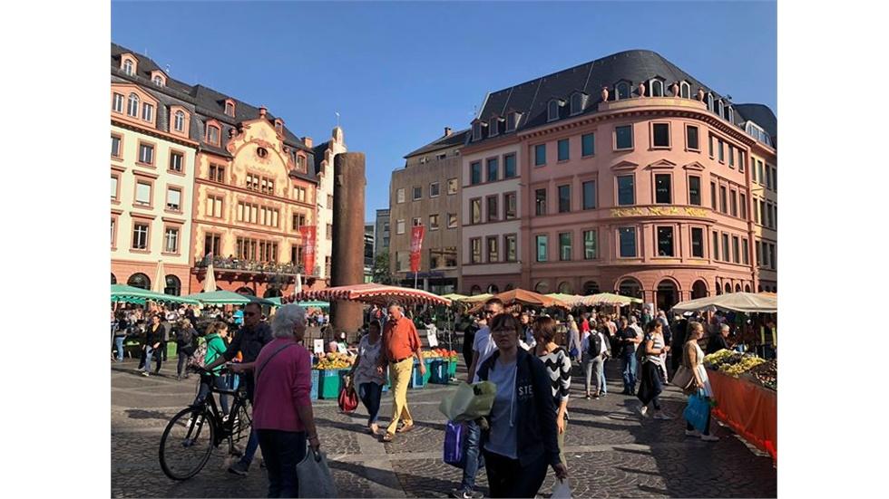 Υπαίθριο παζάρι στο κέντρο του Mainz στη Γερμανία. Τα 2.000 χρόνια...