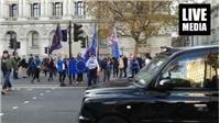 Συγκέντρωση αυτήν την ώρα έξω από την Downing Street στο κέντρο...