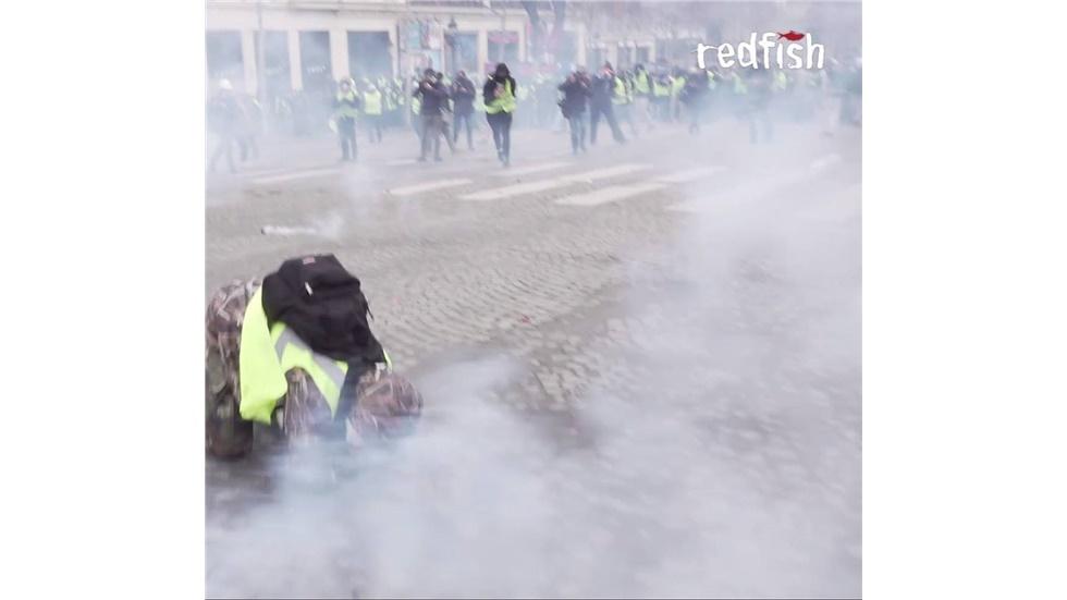 Διαδηλωτής με κίτρινο γιλέκο στο Παρίσι δέχεται λαστιχένια σφαίρα...