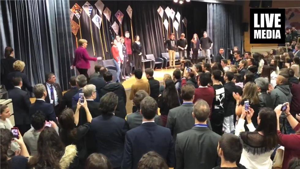 Η Καγκελάριος της Γερμανίας, συνομιλεί με μαθητές της Γερμανικής...