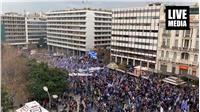 Βροχή και βροχή τα δακρυγόνα.  Στο σύνταγμα για τη Μακεδονία....