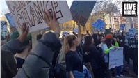 Χιλιάδες μαθητές διαδήλωσαν στο κέντρο του Λονδίνου το μεσημέρι...