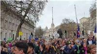 Αποδοκιμασίες έξω από την πρωθυπουργική οικία στο Λονδίνο, κατά...