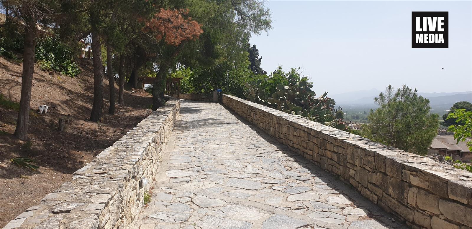 Ο πλακόστρωτος δρόμος που οδηγεί στον αρχαιολογικό χώρο
