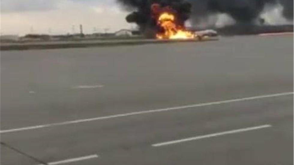 Η στιγμή της προσγείωσης του φλεγόμενου αεροσκάφους σε αεροδρόμιο της Μόσχας