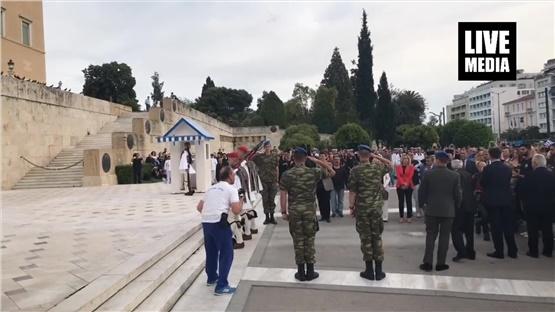 Η αλλαγή φρουράς των Ευζώνων στο άγαλμα του Άγνωστου Στρατιώτη,...