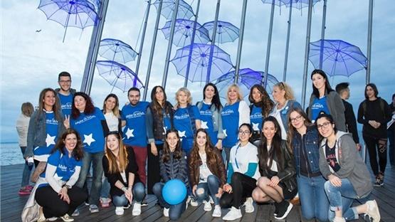 Στα μπλε ντύθηκε η Νέα Παραλία της Θεσσαλονίκης, για τον εορτασμό...