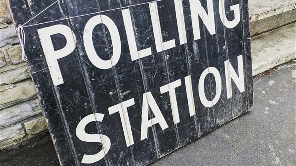 Άνοιξαν οι κάλπες των ευρωεκλογών στο Ηνωμένο Βασίλειο  Εκατομμύρια...