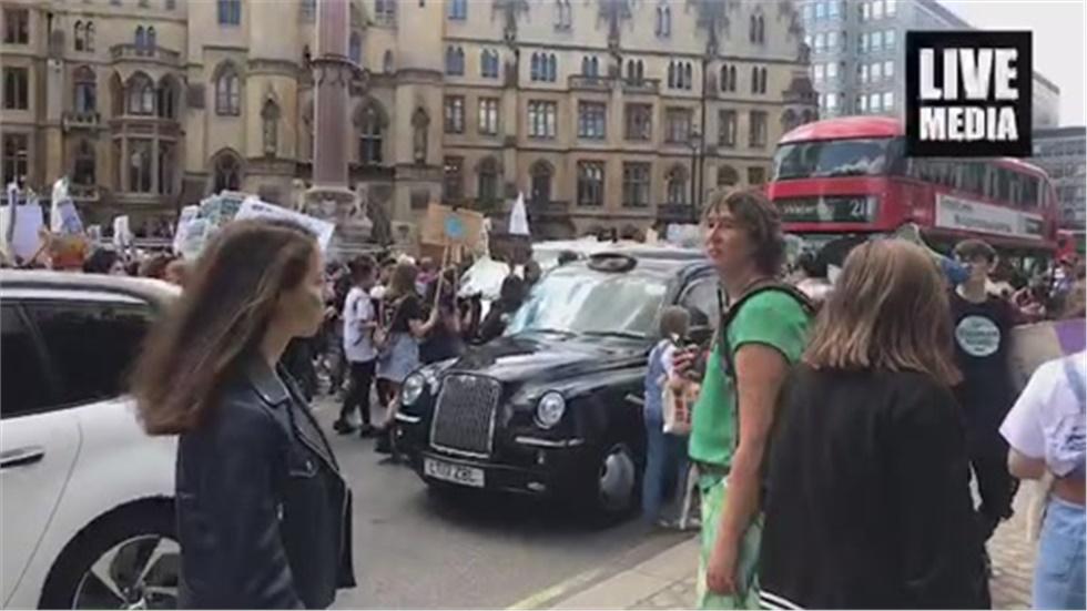 Νέοι και νέες στο Λονδίνο διαδηλώνουν κατά της κλιματικής αλλαγής