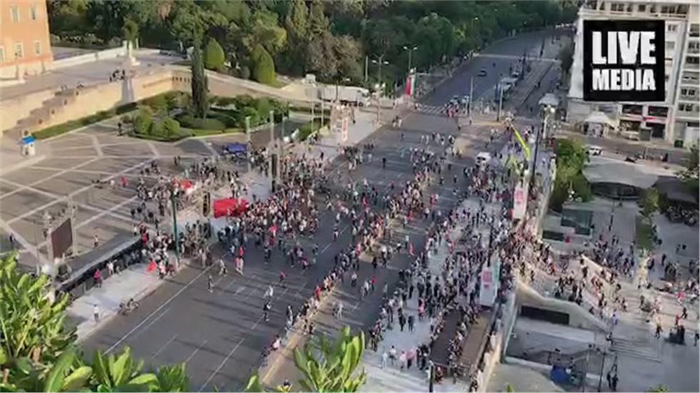 Με αργούς ρυθμούς η προσέλευση του κόσμου για την ομιλία του Τσίπρα στο Σύνταγμα