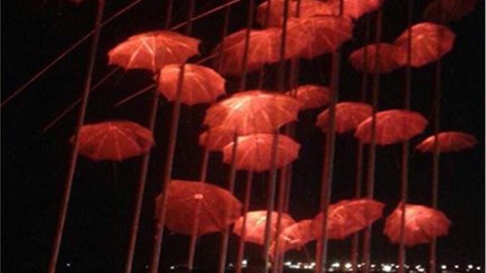Στα κόκκινα οι ομπρέλες στην παραλία της Θεσσαλονίκης