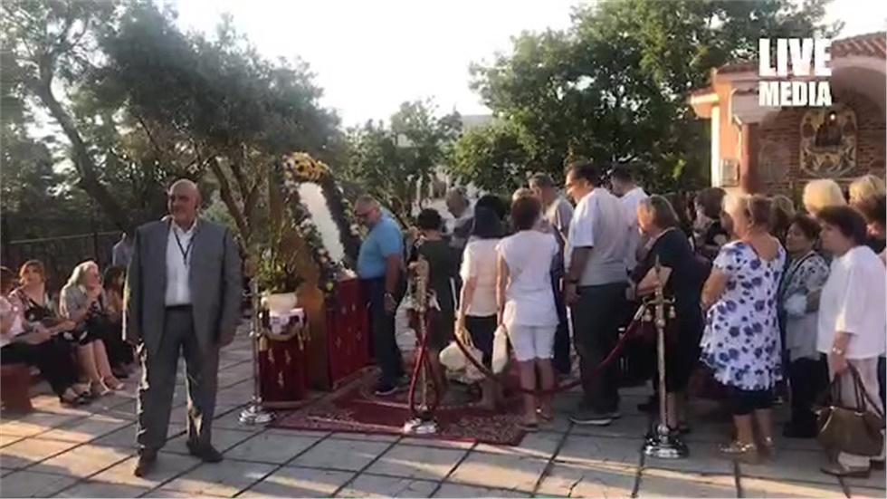 Πλήθος  προσκυνητών από όλη τη Θεσσαλονίκη συρρέουν στην εκκλησία...
