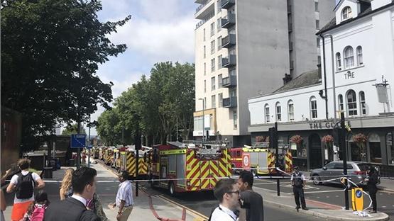 Μεγάλη φωτιά σε εμπορικό κέντρο στο ανατολικό Λονδίνο