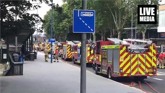Μεγάλη φωτιά σε εμπορικό κέντρο στο ανατολικό Λονδίνο.
