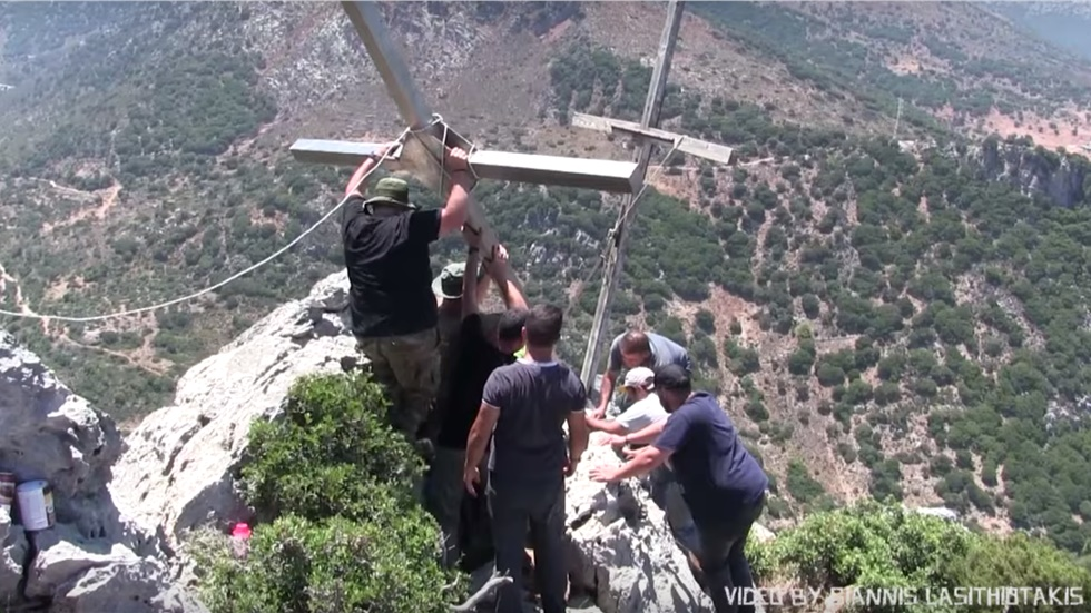 Κρήτη: Συγκλονιστικό βίντεο καταγράφει εθελοντές να ανεβάζουν...