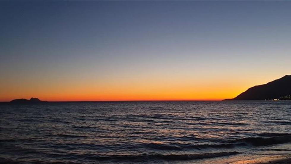 Μαγευτικό ηλιοβασίλεμα στην παραλία Κόκκινου Πύργου στη Νότια Κρήτη