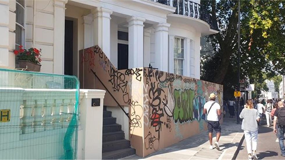 Notting Hill Carnival - Δεκάδες σπίτια έχουν καλυφθεί με κιγκλιδώματα και ξύλινους τοίχους
