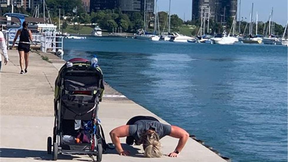 A little motivation! Καμία δικαιολογία! Μητέρα με διπλό καρότσι και δύο μωρά προπονείται κάνοντας κάμψεις