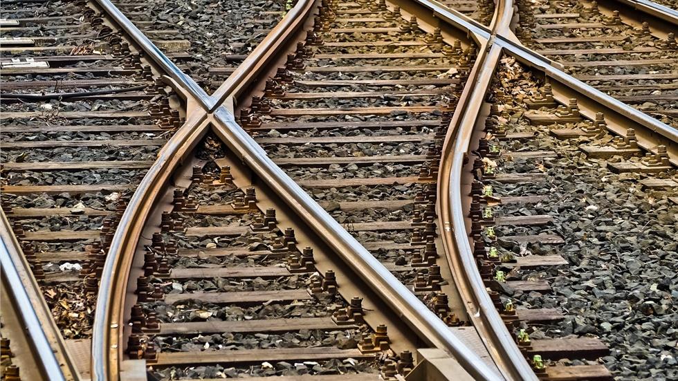 Καθυστερήσεις στα δρομολόγια των τρένων λόγω φωτιάς στις γραμμές στην περιοχή Ασπροπύργου
