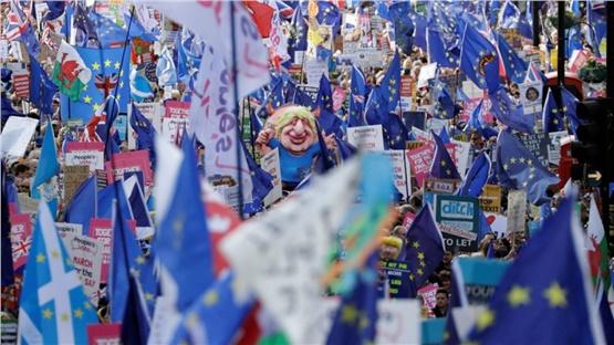 Χιλιάδες Βρετανοί διαδήλωσαν στο Λονδίνο ζητώντας νέο δημοψήφισμα