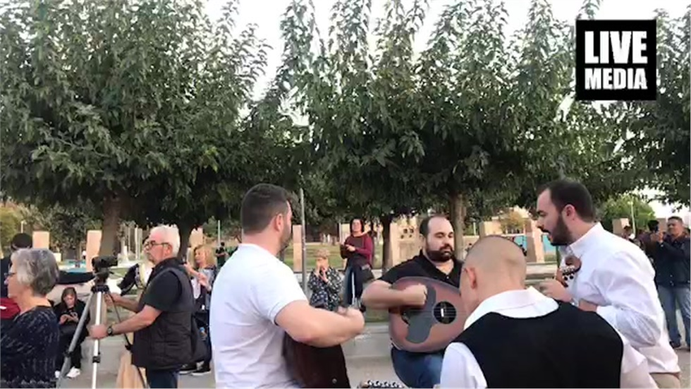 Τώρα ζωντανά μια κρητική πατινάδα στο κέντρο της Θεσσαλονίκης....