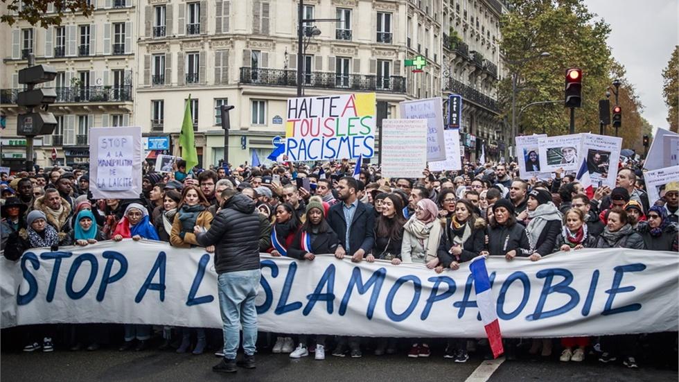 Χιλιάδες άνθρωποι στους δρόμους του Παρισιού για να καταδικάσουν...
