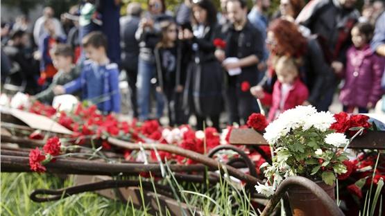 17η Νοεμβρίου: Πλήθος κόσμου στο Πολυτεχνείο για να αφήσει λουλούδια...