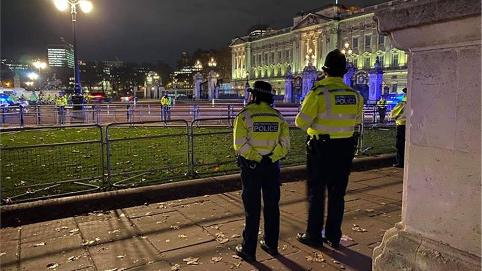 Δρακόντεια μέτρα ασφαλείας έξω από το παλάτι του Μπάκιγχαμ όπου...