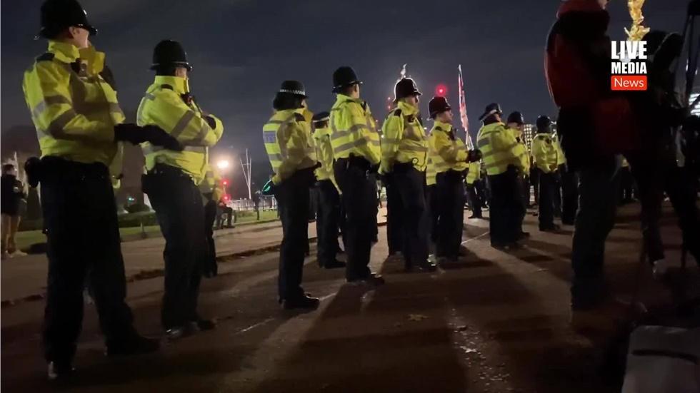 Ισχυρές παραμένουν οι αστυνομικές δυνάμεις μπροστά από το παλάτι...