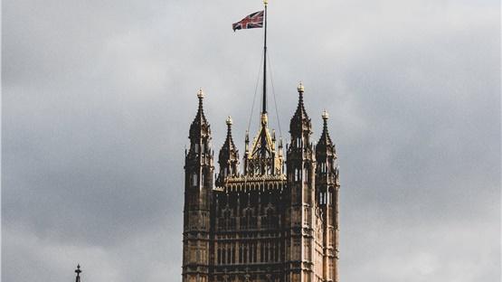 Ηνωμένο Βασίλειο: Μειώνεται το προβάδισμα των Συντηρητικών έναντι...